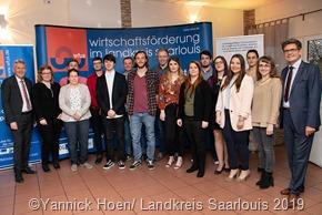 Die Landesbesten im Landkreis Saarlouis, ausgezeichnet von Landrat Patrik Lauer (links) und Jürgen Pohl (rechts), Geschäftsführer der Gesellschaft für Wirtschaftsförderung Untere Saar mbH (WFUS)