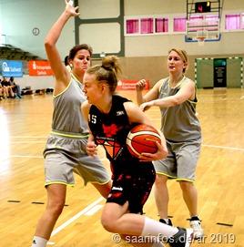Die SG Saarlouis-Roden/Dillingen gewann erstmals den SaalandPokalUnser Foto zeigt Caroline Meier (im Vordergrund) bei einem erfolgreichen Angriff