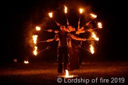 Lordship of fire zeigen eine atemberaubende Feuershow