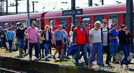 Auch prominente Besucher nehmen an der Fahrt teil, unter ihnen der ehemalige Bundesverkehrsminister Reinhard Klimmt (zweiter v.r.).