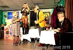 """Eine Kakerlake sorgt für Unruhe im """"Edel-Restaurant"""". Marlene Lauer, Julia Ehm-Kornab, Michael Engel und Albert Kerber (von links)"""