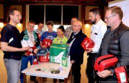 Sieben Defibrillatoren angeschafft