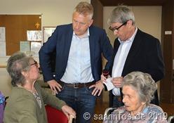 Landrat Patrik Lauer unterhielt sich angeregt mit Bewohnern und Mitarbeitern des Seniorenheims