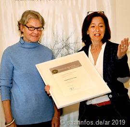 Landrätin Daniela Schlegel Friedrich (r) überreichte die Urkunde