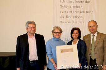 Unser Foto zeigt (vlnr) Dr. Roland Augustin, Preisträgerin Ingeborg Knigge, Landrätin Daniela Schlegel Friedrich und Michel von Boch