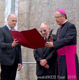Verleihung der Bistumsmedaille mit Ehrenurkunde im Trierer Domhof mit (von links): Laudator Thomas Berenz, Horst Ziegler, Bischof Stephan Ackermann.