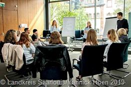 """In einem Workshop der JEF bwschäftigten sich Schülerinnen und Schüler des TGSBBZ Saarlouis mit dem Thema """"EU, Nachhaltigkeit, Demokratie"""""""