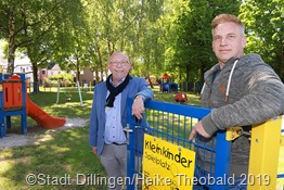 Bürgermeister Franz-Josef Berg schaute sich mit Swen Fontaine vom Grünflächenamt gemeinsam den neuen Kleinkinder-Spielplatz in Pachten an, der zuvor freigegeben wurde. Foto: Stadt Dillingen/Theobald