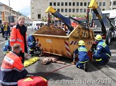 Eine unter einem schweren Müllcontainer eingeklemmte Person musste gerettet werden, einen Aufgabe für THW und Malteser