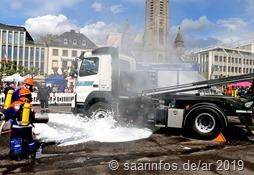 Der dabei in Brand geratene LKW musste gelöscht werden - eine Aufgabe für die Jugendwehr
