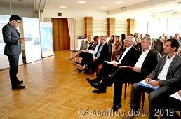 Schülerforschungspreis bei Dillinger - Vorstandsvorsitzender Tim Hartmann (l.) bei der Eröffnung