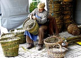 Ein Korbflechter produziert vor Ort seine Körbe