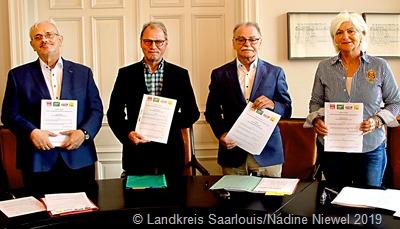 Ein politisches Novum im Saarland: Oswald Kriebs (SPD), Klaus Kessler (Bündnis 90/Die Grünen), Dietmar Bonner (Die Linke) und Petra Bock (FDP) (v.l.) unterzeichnen ersten rot-rot-grün-gelben Koalition  - Foto Landkreis Saarlouis/ Nadine Niewel  l