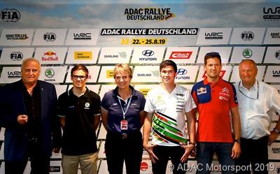 Bei der Pressekonferenz (vlnr)  Klaus Bouillon (Saarländischer Minister für Inneres, Bauen und Sport) Fabian Kreim (WRC 2, Skoda Fabia R5 evo) Jutta Kleinschmidt (Siegerin Rallye Dakar, ADAC Rallye Deutschland Markenbotschafterin) Marijan Griebel (WRC 2, Skoda Fabia R5 evo) Sébastien Ogier (Citroen Total WRT) Friedhelm Kissel (Rallye-Leiter der ADAC Rallye Deutschland)