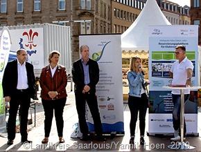 Kreisbeigeordnete  Claudia Beck (2te v.r.) eröffnete die Ausstellung gemeinsam mit Wirtschaftsministerin Anke Rehlinger (2te v.l.),  die auch die Schirmherrschaft übernommen hatte.