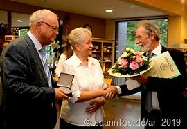 Natürlich hatte Bürgermeister Christ auch Blumen für  Ehefrau  Agnes Schommer