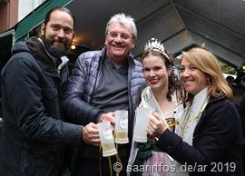 Beim Rundgang  (vlnr) Brauereichef Christian Weber, Beigeordneter Dieter Ernst, Viezkönigin Laura II.