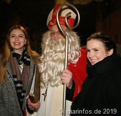 St Nikolaus mit  Viezkönigin Laura (r) und der Viezprinzessin  des Vorjahres, Sophie (l:)