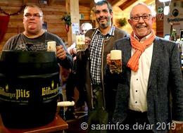 Bürgermeister Franz Josef Berg (r)eröffnete gemeinsam  mit Almhüttenwirt Karsten Otto (M.) die diesjährige  Almhüttensaison