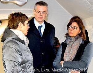 Bundesverteidigungsministerin Kramp Karrenbauer  (l ) im Gespräch  mit Bürgermeister  M . (Hoffeld (M) und Landrätin D. Schlegel-Friedrich (r.)