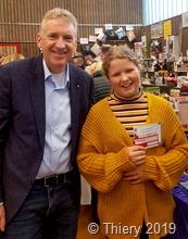 Die stolze Gewinnerin Hannah Böttcher (r.) erzielte einen Hauptpreis bei der Tombola: 2 Eintrittskarten zu einem  der Heimspiel  von Bayern München fahren.  Den Gewinn überreichte Landrat Patrik Lauer   20191109_150616