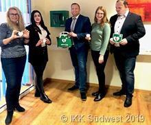 201912215_Unser Foto zeigt Mitarbeiter des IKK Südwest Kundenzentrums Saarlouis , die den Defibrillator bedienen können