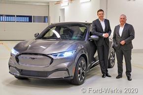 Beim Besuch von Saarlands Ministerpräsidenten Tobias Hans (li.) im Ford-Entwicklungszentrum in Köln-Merkenich präsentiert Ford-Werke-Chef Gunnar Herrmann den Batterie-elektrischen Mustang Mach-E.