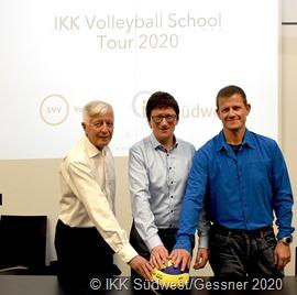 Drei Mann für den saarländischen Volleyball: (v.l.) Horst Bartsch, Prof. Dr. Jörg Loth und Gerd Rauch, Beisitzer Schulsport beim SVV und Koordinator der IKK Volleyball School Tour