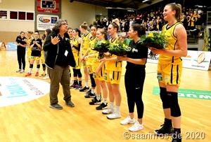 Nach dem letzten Heimspiel wurden die Spielerinnen mit einem Blumenstrauß verabschiedet