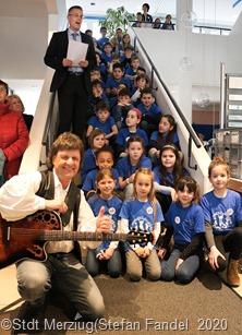 Musikalische Eröffnung mit Eddi Zaubefinger und zwei 3. Klassen der Grundschule Saargau
