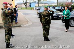 Beim Besuche des Landeskommandos in Saarlouis wurde sie von Oberst Klaus Pezter SDchirra, dem Kommandeur des Landeskommandos in Saarlouis begrüßt