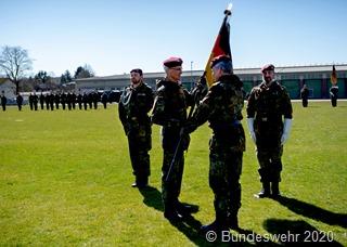 Generalmajor Hannemann übergibt die Truppenfahne der LLBrig 1 von Brigadegeneral Faust an Oberst Arlt