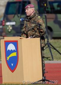 General Faust richtet das Wort an seine Fallschirmjäger und Luftlander