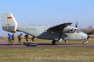 Auf dem Flugplatz Düren steht das von der Bundeswehr genutzte Transportflugzeug M28 Skytruck für die Fallschirmspringer der Luftlandebrigade 1 startbereit. Aus diesem werden die Soldatinnen und Soldaten ihr Automatik-Sprungtraining in den kommenden Tagen absolvieren.