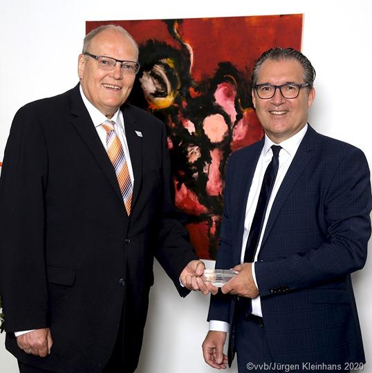 Unser Foto zeigt (vlnr) Mathias Beers übergibt an den neuen Vorstandsvorsitzenden Edgar Soester