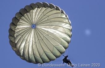 Der Erde entgegen schweben Foto: Mario Leinen, Bundeswehr