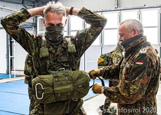 POAuftakt zur Brigade-Sprungwoche in Dueren:Der Kommandeur der Brigadeeinheiten Oberst Aslak Heisner (2.v.l.) hilft dem Kommandeur der Luftlandebigade 1 Oberst Jens Arlt (l) beim Anlegen des Fallschirms.