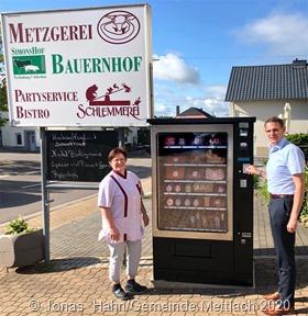 Unser Foto zeigt (vlnr) Marion Wagner (Inhaber Metzgerei Follmann, Orscholz) erklärt Bürgermeister Daniel Kiefer den neuen Regiomaten vor ihrem Ladenlokal