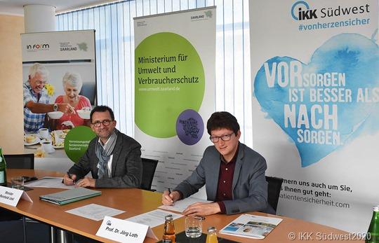 """Verbraucherschutzminister Reinhold Jost (link) und IKK Südwest Vorstand Prof. Dr. Jörg Loth ubnterzeichnen den Kooperationsvertrag über das """"Nudging"""" Projekt"""