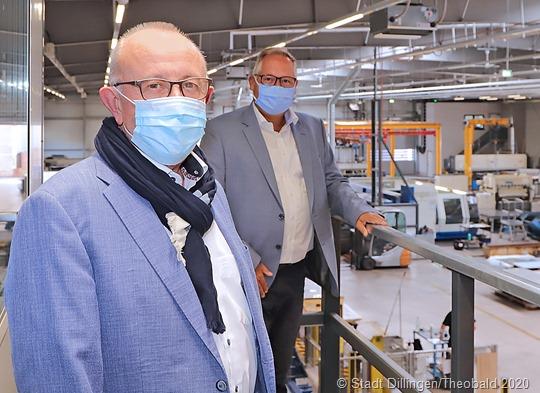 Gesellschafter Hans Ulrich Koch zeigt Bürgermeister Franz-Josef Berg die neue Produktionshalle. Foto: Stadt Dillingen/Theobal