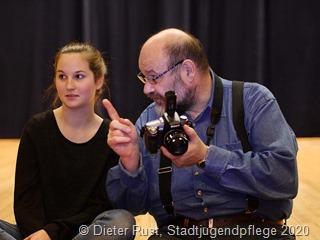 Model Michele Jung und Fotograf Andreas Kreis besprechen das Model-Shooting der Stadtjugendpflege. Foto: Dieter Rust/Stadtjugendpflege.