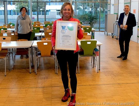 Landrat Patrik Lauer gratuliert der Sophie-Scholl-Gemeinschaftsschule zum 1. Saarländischen Ernährungspreis (v.l. Anne Wilhelm, Ganztagskoordinatorin, Stefanie Veith, Partyservice Schwed - Natürliche Kochkunst GmbH, Landrat Patrik Lauer.