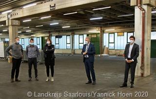 9475Landrat Patrik Lauer schaut sich die Fortschritte an der neue Außenstelle des Gesundheitsamtes an.