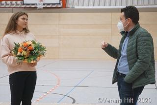 In Vertretung für den Bürgermeister Ralf Collmann begrüßt Joshua Pawlak Daniela Huber und fragt interessiert nach ihrer Karriere.