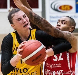 Deutliche Heimniederlage der Saarlouiser Royals gegen den Herner TC: Klara Brichacova (gelb) im Duell mit der Hernerin Aerianna Harris (rot).