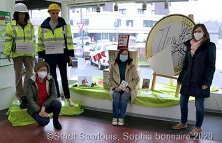 Unser Foto zeigt Bürgermeisterin Marion Jost, Frauenbeauftragte Sigrid Gehl und Quartiersmanagerin Dr. Viola Kirchner (vlnr) im Fraulauterner Quartiersbüro bei der Installation der Ausstellung im Schaufenster. (Foto: Sophia Bonnaire)