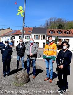 8691: Kerstin Knips, Martin Kölsch, Peter Demmer, Björn Althaus und Susanne Heß (v. l. n. r.) wollen gemeinsam mit den neuen Streetbuddies den Schulweg sicherer machen. Foto: Petra Molitor