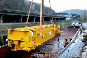 Die Großbauteile für den neuen Roheisenkran werden aus dem Schiff entladen