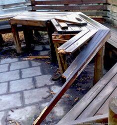 erstörte Bänke und Tische, herausgerissene Holzlatten mit abstehenden Nägeln: So hinterließen unbekannte Täter den Schulhof der Grundschule Steinrausch.