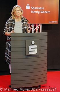 """In ihrem Grußwort betonte Wirtschaftsministerin Anke Rehlinger die Bedeutung der """"Bildung für unsere Kinder"""" als wichtigste Zukunftsinvestition und nannte sie """"quasi das Öl des 21. Jahrhunderts"""". FOTO: MANFRED MÜLLER/SPARKASSE"""